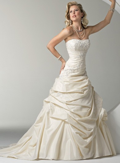 Photo:  Pretty sleeveless ball gown floor