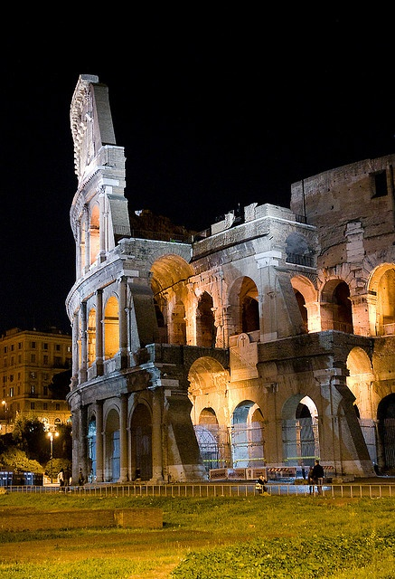 Photo:  Colosseum iluminated at night, Rome, Italy